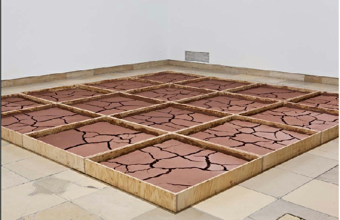 Alice Aycock, Clay #2,1971. Boîtes en bois et argile. Collection 49 Nord 6 Est – Frac Lorraine, Metz. Vue de l'exposition « Ends of the Earth: Land Art to 1974 » Haus der Kunst, Munich, 2012-2013. Photo : Maximilian Geuter © A. Aycock